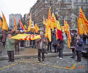 """Tại Paris tập thể người Việt tổ chức biểu tình tại công trường Italie, thuộc quận 13 để ủng hộ """"Thỉnh nguyện Thư"""" gởi TT Mỹ. RFA"""