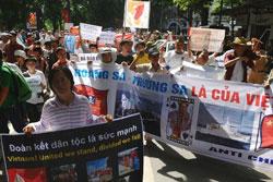 Người dân tiếp tục xuống đường biểu tình chống Trung Quốc tại Hà Nội hôm 22-07-2012. AFP PHOTO.