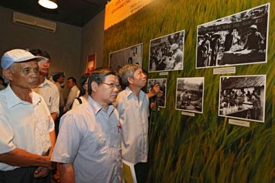 Công chúng đến xem triển lãm về Cải cách ruộng đất tại Bảo tàng Lịch sử Quốc gia, Hà Nội.