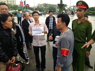 Người nhà ông Đoàn Văn Vươn kêu oan cho ông trước TAND Hải Phòng hôm 02/4/2013. AFP photo