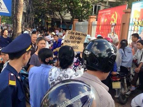 Dân oan, người dân Hà Nội bên ngoài trụ sở Công An Phường Xuân La, Quận Tây Hồ, Hà Nội khi nghe tin Luật sư Trần Vũ Hải bị bắt giữ hôm 12/11/2015.