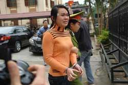 Nữ sinh Nguyễn Thị Hằng sinh năm 1991, sau phiên xử phúc thẩm vụ án vị hiệu trưởng Sầm Đức Xương mua dâm nữ sinh tại Hà Giang sáng 27/01/2010. Photo courtesy of bee.net.vn