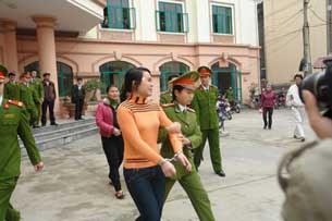 Nữ sinh Nguyễn Thị Hằng (áo cam) sinh năm 1991 và nữ sinh Nguyễn Thanh Thúy sinh năm 1992 (áo đỏ, sau), trên đường đến tòa dự phiên xử vụ án vị hiệu trưởng Sầm Đức Xương mua dâm nữ sinh tại Hà Giang sáng 27/01/2010.