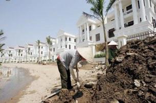 Người lao động nghèo tại công trường xây dựng nhà ở cao cấp tại Hà Nội.