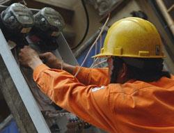 Nhân viên công ty điện lực đang sửa chữa điện ở Hà Nội hôm 01/03/2011. AFP PHOTO.