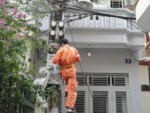Nhân viên công ty điện lực đang sửa chữa điện ở Hà Nội hôm 07/09/2011. RFA PHOTO.