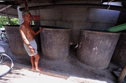 Một nông dân ở Quế Điền giới thiệu hệ thống sấy lúa tại nhà ông, ảnh chụp trước đây. AFP photo.