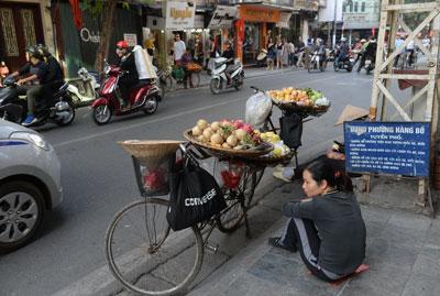 Bán hàng rong ở trung tâm thành phố Hà Nội vào ngày 21 Tháng 12 năm 2016.