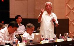 Ông Cao Sỹ Kiêm, nguyên Thống đốc Ngân hàng Nhà nước, phát biểu tại Diễn đàn Kinh tế Mùa xuân 2013 tại Nha Trang hôm 6/4/2013. Photo courtesy of VnEconomy.