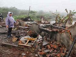 Nhà của ông Đoàn Văn Vươn ở ngoài pham vi cưỡng chế cũng bị phá ủi sập.Nguồn PL-TPHCM