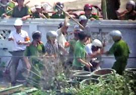 Một người dân ở Văn Giang bị hàng chục công an và bọn xã hội đen đánh tới tấp. Youtube screen capture