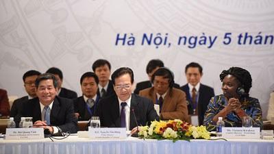 Thủ tướng Nguyễn Tấn Dũng (giữa) và Bà Victoria Kwa Kwa (phải) tại Diễn đàn Đối tác Phát triển tổ chức ngày 5/12 ở Hà Nội. Photo courtesy of World Bank.