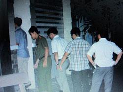 Công an dẫn ông Lý Xuân Hải về nhà để thực hiện lệnh khám xét tối 23-08-2012. Photo courtesy of nld.