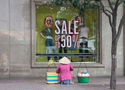 Nhiều cửa hàng tổ chức bán hạ giá. RFA