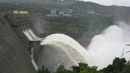 Thủy điện Sông Tranh 2 xả lũ.  Courtesy EVN news