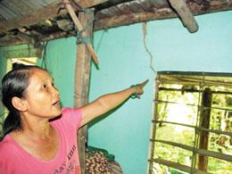 Động đất gây nứt tường nhà dân - Ảnh: Hoàng Sơn/Thanh Niên