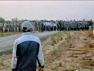 Hàng ngàn công an, cảnh sát cơ động, bộ đội được huy động đến xã Xuân Quan, huyện Văn Giang, tỉnh Hưng Yên hôm 24-04-2012 để cưỡng chế 70 hecta đất xây dựng khu đô thị Ecopark