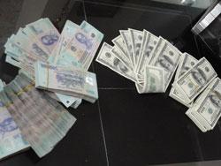 Tiền đồng Việt Nam và tiền đô la Mỹ, ảnh chụp hôm 22/08/2011. RFA PHOTO.