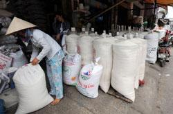 Một điểm mua bán gạo tại thành phố Hồ Chí Minh, ảnh chụp trước đây.