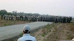 Công an tham gia cưỡng chế đất ở Văn Giang hôm 24/4/2012. Photo courtesy of XuanDienBlog.