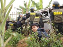 Lực lượng cưỡng chế thu hồi đất nhà anh Vươn hôm 05/1/2012. Photo courtesy of phapluat.