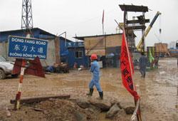 Công nhân TQ thuộc tập đoàn điện khí Dong Fang đang thi công tại VN. File photo.