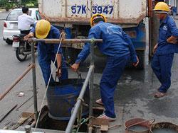 Công nhân Công ty TNHH một thành viên Thoát nước đô thị TPHCM trong một ngày làm việc. Photo courtesy of VTC.