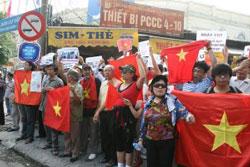 Biểu tình ở Hà Nội 17 tháng 7- Photo by Blog nguoibuongio