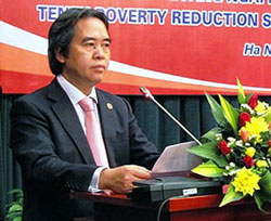 Thống đốc Ngân hàng Nhà nước Nguyễn Văn Bình thông báo quyết định giảm 1 điểm phần trăm lãi suất ngân hàng hiệu lực từ 11/4