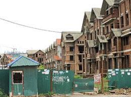 Một công trình xây dựng nhà cao tầng ở Hà Nội nửa chừng hết vốn...(RFA)