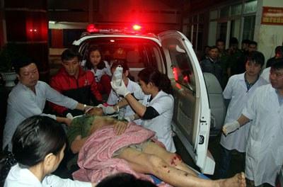 Một nạn nhân được đưa đi cấp cứu trong vụ sập giàn giáo ở công trường khu Liên hợp gang thép Formosa và Cảng Sơn Dương, Vũng Áng, Hà Tĩnh hôm 25/03/2015. AFP PHOTO.