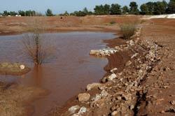 Nơi lưu trữ quặng bauxite thể rắn tại Gardanne, Pháp tháng 10/2010. RFA