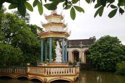 Tượng đài Quan Thế Âm Bồ Tát tại chùa Đông Sơn cách trụ sở UBND TP Thái Bình khoảng 20km, nơi Anh Đặng Ngọc Viết đã tự sát hôm 11 tháng 9 năm 2013. Courtesy NLD.