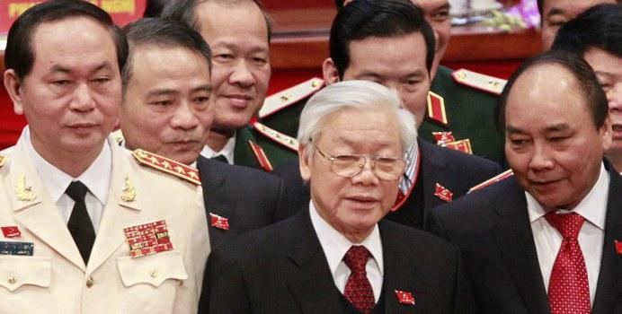 Tổng Bí thư Nguyễn Phú Trọng (giữa), Thủ tướng Nguyễn Xuân Phúc (phải) và Bộ trưởng Trần Đại Quang (trái) tại lễ bế mạc Đại hội đảng toàn quốc lần thứ 12 tại Hà Nội vào ngày 28 tháng 1 năm 2016.