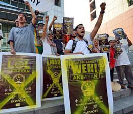 Người dân Philippines biểu tình phản đối Trung Quốc in bản đồ lưỡi bò lên hộ chiếu ở phía trước Đại sứ quán Trung Quốc ở Manila vào ngày 29 tháng 11 năm 2012. AFP