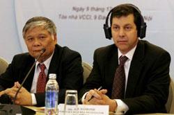 Trưởng đoàn đàm phán BTA Việt - Mỹ Nguyễn Đình Lương (trái) và Ông Joe Damond Trưởng đoàn đàm phán phía Hoa Kỳ tại hội thảo nhân kỷ niệm 10 năm thực hiện BTA tại Hà Nội hôm 9/12/2011. Photo courtesy of VNnet.