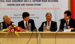 Từ trái sang: Nguyên Phó Thủ tướng Vũ Khoan, Giám đốc Học viện Ngoại giao Đặng Đình Quý và 2 vị trưởng đoàn đàm phán BTA Việt - Mỹ Nguyễn Đình Lương và Joe Damond trong cuộc tọa đàm hồi tháng 12 năm 2011 tại Hà Nội. Photo courtesy of VNnet.