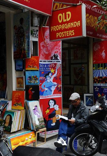Một cửa hàng mua bán các bản copy áp phích tuyên truyền thời chiến trong khu phố cổ Hà Nội ngày 05 tháng 12 năm 2014. AFP photo
