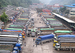 Xe tải xếp kín khu vực cửa khẩu Tân Thanh để chờ được xuất hàng