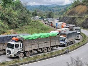 Hình ảnh hơn 2000 chiếc xe tải lớn chở dưa hấu nối đuối nhau gây ách tắc cả tuần qua trên cửa khẩu Tân Thanh
