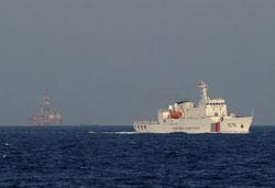 Tàu hải giám TQ neo đậu gần giàn khoan HD 981 được chụp từ một tàu VN hôm 13/5/2014. AFP photo