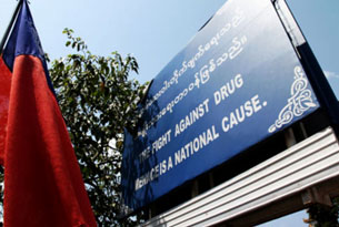 Chính phủ Miến Điện cho dựng những bảng tuyên truyền chống tệ nạn ma túy ở khắp nơi, nhưng mặc khác lại ủng hộ ma túy ở một số nơi. RFA PHOTO.