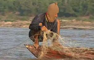 Một ngư dân Thái Lan bắt cá trên dòng Mekông. RFA Photo.