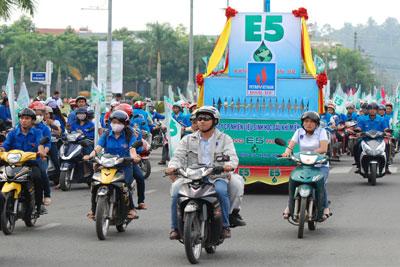 Chiến dịch tuyên truyền sử dụng xăng sinh học E5 Ron 92 trên đường phố