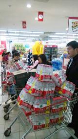 Hệ thống cung cấp nước của thành phố Tĩnh Giang của Trung Quốc đã bị đình chỉ sau khi chất lượng nước được ghi nhận bất thường. Dân chúng lo mua các chai nước tinh khiết tại một siêu thị ở thành phố ngày 09 Tháng 5 năm 2014.