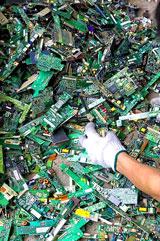 Các linh kiện điện tử từ máy computer được tháo rời tận dụng trước khi thải. Báo TQ