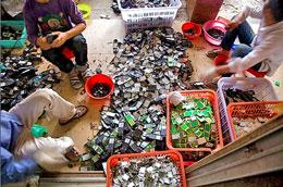 Tái chế rác thải công nghệ được coi là nghề truyền thống của nhiều gia đình (zing.news)