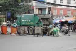 Thu gom rác thải chưa phân loại tại Hà Nội hôm 03-08-2011. RFA PHOTO.