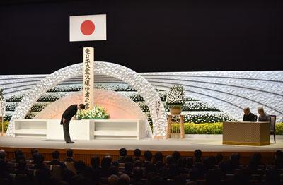 Thủ tướng Shinzo Abe cúi chào Nhật hoàng Akihito và Hoàng hậu Michiko tại đài tưởng niệm các nạn nhân thảm họa sóng thần và động đất xảy ra hôm 11/3/2011, cách đây 5 năm. AFP photo