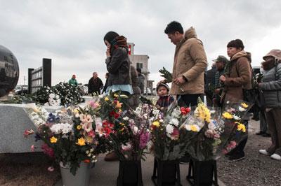 Người Nhật dâng hoa trước tượng đài tưởng niệm cho các nạn nhân của trận động đất và thảm họa sóng thần ở Yuriage, quận Miyagi, Nhật Bản cách đây 5 năm. AFP